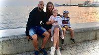 Záložník nebo obránce Omonie Nikósie Jan Lecjaks s manželkou Kristýnou, dcerkou Bellou a synem Matyášem na výletě u kyperského pobřeží.
