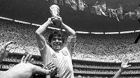 Diego Maradona s pohárem pro mistra světa.