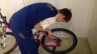 Krasobruslař Michal Březina se stal v olympijské vesnici specialistou na montování kol pro české reprezentanty. Na snímku skládá bicykl pro Jaromíra Jágra.