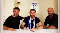 Fotbalový záložník Jaromír Zmrhal (uprostřed) se svými manažery Karolem Kiselem (vlevo) a Martinem Latkou při podpisu smlouvy s Brescií.
