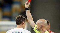 Rozhodčí Anthony Taylor ukazuje Denysi Harmašovi z Dynama Kijev červenou kartu, kterou musel následně zrušit.