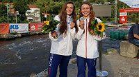Karolína (vpravo) a Antonie Galuškovy se svými medailemi z letošního mistrovství Evropy juniorů a do 23 let v německém Hohenlimburgu.