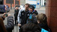 Petr Čech se fotografuje s fanoušky.