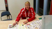 Bývalá basketbalistka Ivana Večeřová si během halového ME v atletice vyzkoušela práci dobrovolnice.