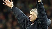 Trenér Arsene Wenger rozhazuje rukama. Nesouhlasí s verdiktem sudího během utkání Arsenalu v Barceloně.
