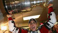 Valtteri Filppula se Stanley Cupem, který v roce 2008 získal s Detroitem.