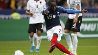 Jonathan Ikoné střílí čtvrtý gól Francie v souboji s Albánií.