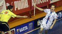 Patrik Dóža z Chodova se raduje z gólu