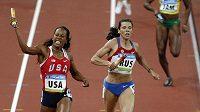 Ruská sprinterka Anastasia Kapačinská finišuje štafetu na OH v Pekingu.