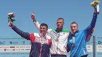 Martin Fuksa (vpravo) na stupních vítězů se zlatým Henrikasem Žustautasem z Litvy (uprostřed) a Rusem Andrejem Kraitorem.