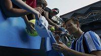 Berdych se po vítězném osmifinálovém utkání nad Andersonem podepisuje svým příznivcům.
