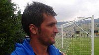 Fotbalista Martin Fenin sleduje jako divák zápas se Žižkovem.