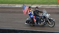 Američan Greg Hancock při slavnostním zahájení GP v Praze na Markétě