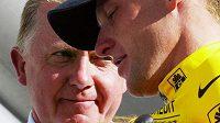 Šéf UCI Hein Verbruggen (vlevo) a Lance Armstrong při Tour de France v roce 2002. Hra s veřejností byla v plném proudu.