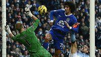 Marouane Fellaini (vpravo) z Evertonu střílí gól brankáři Manchesteru City Hartovi.