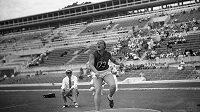 Bývalá sovětská reprezentantka Tamara Pressová na snímku z 2. září 1960 při kvalifikaci na OH v Římě.