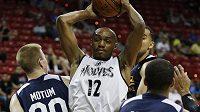 Basketbalista C.J. Williams z Minnesoty (uprostřed) v zápase s Utahem.