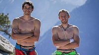 Alex Honnold (vlevo) a Tommy Caldwell na vrcholu masivu El Capitan v Yosemitech. Americká lezecká esa prostoupila cestu The Nose jako první pod dvě hodiny.