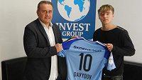 Talentovaný Rus Denis Davydov a prezident mladoboleslavského fotbalu Josef Dufek.