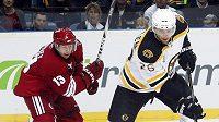 Wheeler z Bostonu v souboji s Whitneym z Phoenixu ve druhém pražském utkání NHL.