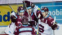 Hokejisté Sparty se radují ze vstřeleného gólu proti Vítkovicím.