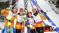 Smíšené družstvo německých skokanů (zleva) Severin Freund, Carina Vogtová, Katharina Althausová a Richard Freitag oslavuje zisk zlata na MS ve Falunu.