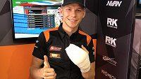 Finský motocyklista Niki Tuuli se zafačovanou rukou.