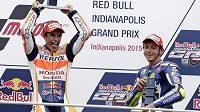 Vítězný španělský jezdec Marc Márquez (vlevo) a třetí Valentino Rossi po GP v Indianapolisu.