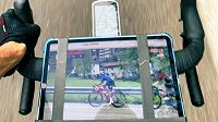 Britský cyklista Christopher Froome si zpestřil trénink sledováním živého přenosu z italského Gira.