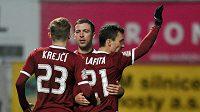 Útočník Sparty David Lafata (vpravo) se raduje se spoluhráči, záložníky Josefem Hušbauerem a Ladislavem Krejčím, z gólu proti Jablonci.