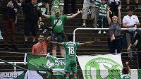 Mosquera (vlevo) z Bohemians se raduje z gólu u tribuny domácích fanoušků.