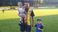 Bývalý bulharský fotbalista Znojma Todor Jonov se svými syny Alexem a Toskem.