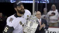 Obránce Vegas Deryk Engelland s trofejí pro vítěze Západní konference NHL