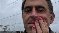 Anglický snookerový hráč Ronnie O'Sullivan a jeho netradiční úprava nehtů.