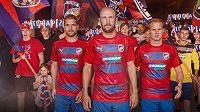 Nové dresy mistrovské Viktorie Plzeň pro nastávající sezónu mají vodorovné pruhy.