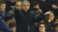 Kouč Chelsea José Mourinho rozhazuje rukama během utkání s Tottenhamem.