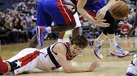 Jan Veselý po pádu v utkání s Detroit Pistons.