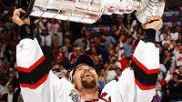 Scott Stevens v roce 2003, když coby kapitán potřetí dovedl hokejisty New Jersey k zisku Stanleyova poháru.
