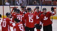 Hokejisté Kanady slaví vítězství nad Ruskem a postup do finále Světového poháru.