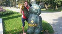 Zuzana Hejnová s maskotem moskevské olympiády medvědem Míšou.