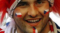 Čeští fanoušci se vyzbrojili na zápas s Řeky i válečnými barvami