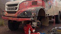 Kamión Aleše Lopraise při opravě porouchaného ložiska