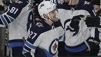 Nikolaj Ehlers z Winnipegu oslavuje jeden ze svých tří gólů proti San Jose.