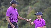 Tiger Woods se svým synem Charliem na turnaji v Orlandu.