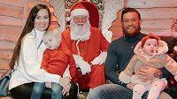 Conor McGregor najel na vánoční vlnu, přeje lásku a porozumění.