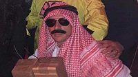 Obránce Bayernu rafinha v halloweenském převleku za teroristu.