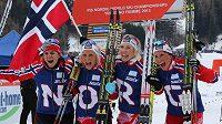 Vítězná štafeta norských běžkyň (zleva) Heidi Wengová, Therese Johaugová, Kristin Störmerová-Steiraová a Marit Björgenová.