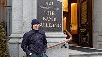 Jakub Voráček před vchodem do svého domova v Philadelphii.