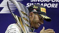 Velkou cenu Singapuru formule 1 vyhrál Lewis Hamilton z Mercedesu a udělal velký krok k zisku čtvrtého titulu mistra světa.