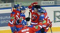 Hokejisté Lva se radují z gólu.